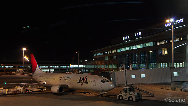 夜の那覇空港国内線ターミナル、JAL・JTAサイド