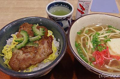 那覇空港のレストラン、沖縄料理のソーキ丼と沖縄そば