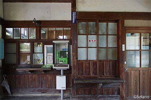 木次線・日登駅の木造駅舎、木の質感でむせ返るような古い窓口