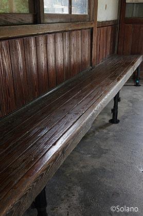 木次線・日登駅の木造駅舎、木製の古い造り付けベンチ