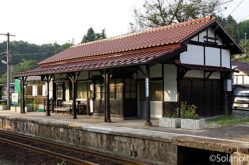 木次線・出雲八代駅、夕陽を浴び佇む木造駅舎