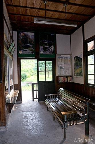 木次線・出雲八代駅、待合室の木製ベンチ