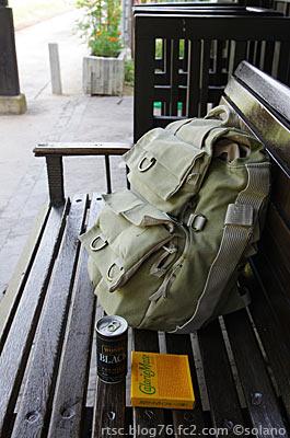 木次線・出雲八代駅、ホームの木製ベンチ