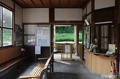 木次線・亀嵩駅の木造駅舎、待合室