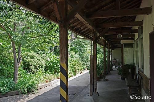 木次線・加茂中駅、緑豊かな植込みと木造駅舎