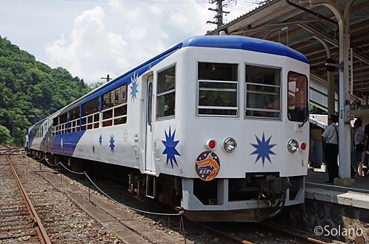 備後落合駅に停車する木次線のトロッコ列車奥出雲おろち号