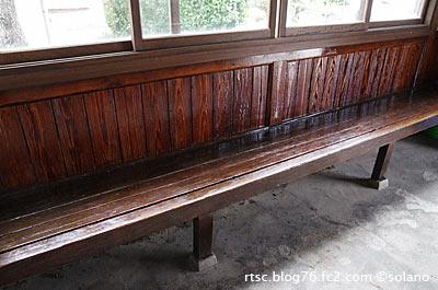 木次線・八川駅の木造駅舎、木製の造り付けベンチ