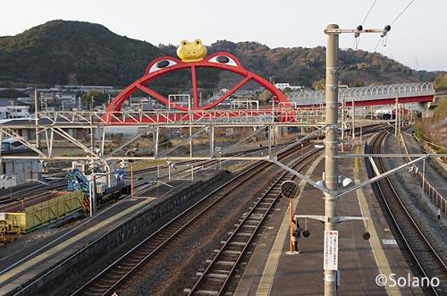 印南駅北側にあるカエルのオブジェは跨線橋