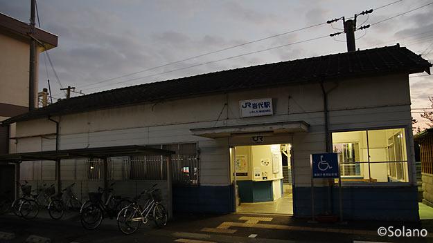 紀勢本線・岩代駅、改修されながらも使い続けられる木造駅舎