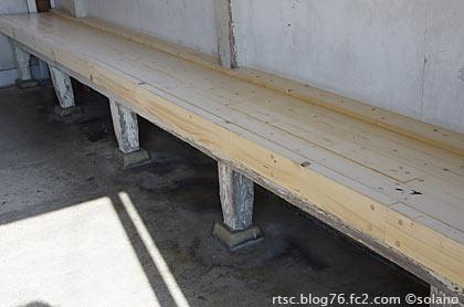 紀勢本線・紀伊有田駅、待合室の木製造り付けのベンチ