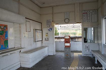 紀勢本線・紀伊浦神駅の木造駅舎、古さ残る待合室