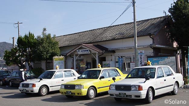 紀勢本線・紀伊由良駅、木造駅舎の前はタクシーだらけ
