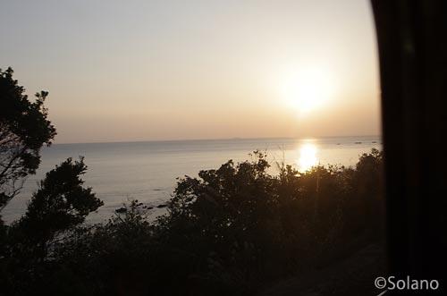 紀勢本線の列車から見る日没の太平洋