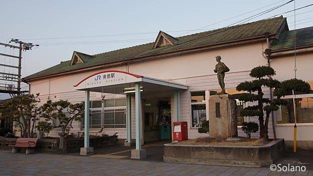 紀勢本線・南部駅、猫耳のようなドーマー窓がのった木造駅舎