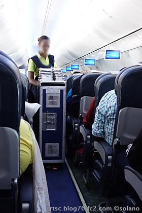 ルワンダ航空エコノミークラス、機内食の配膳