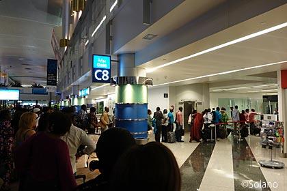 ドバイ空港T1、ルワンダ航空(WB)搭乗の長い列