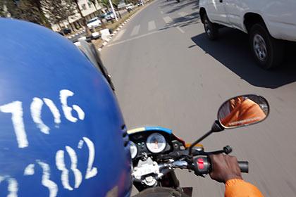 ルワンダのバイクタクシー「モトタクシー(mototaxi)」
