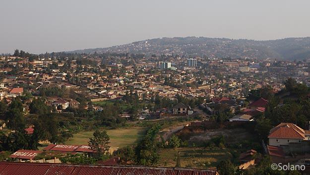 夕暮れのルワンダ・キガリ、千の丘を感じる風景