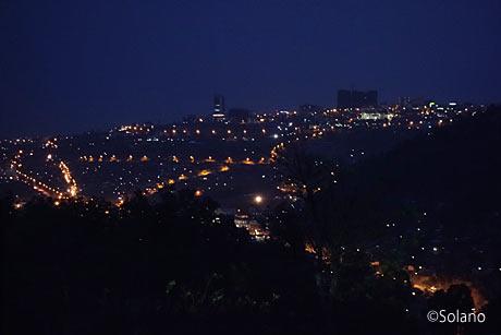 ゴリラトレッキングの帰路、道路から見たキガリの夜景