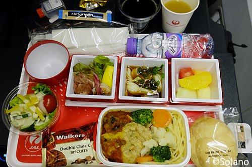 JALロンドン線・プレミアムエコノミークラス、1回目の機内食