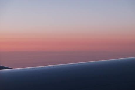 JALロンドン-東京線、機窓の雲は朝焼けの風景に