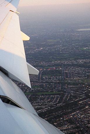 LHR離陸、機内から眼下に望むロンドンの風景