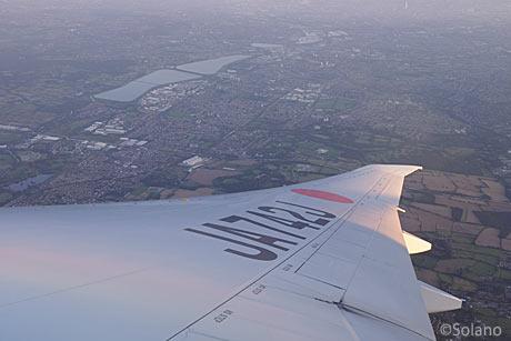 JAL離陸後の機窓、ロンドン郊外を眺めながら旋回・上昇