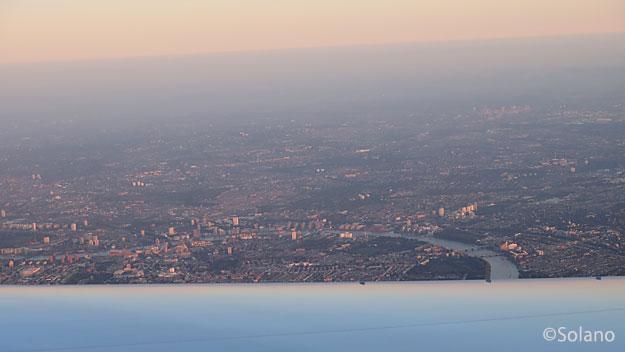 JAL離陸後の機窓、ロンドン市内を流れるテムズ川