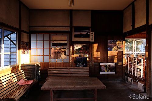 肥前七浦駅の木造駅舎、待合室なった旧駅事務室