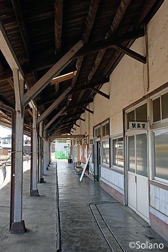 島原鉄道・南島原駅、風格ある木造駅舎ホーム側の風景
