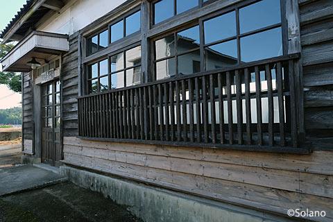 外壁が補修された肥前長野駅の木造駅舎