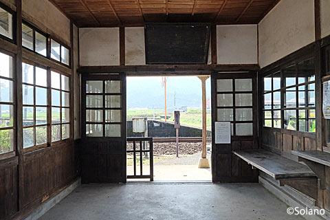 筑肥線・肥前長野駅、廃品が撤去された待合室