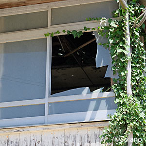 崎山駅駅舎、2階の割れたガラス窓と天井