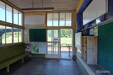平成筑豊鉄道・崎山駅、駅舎中二階の待合室部分