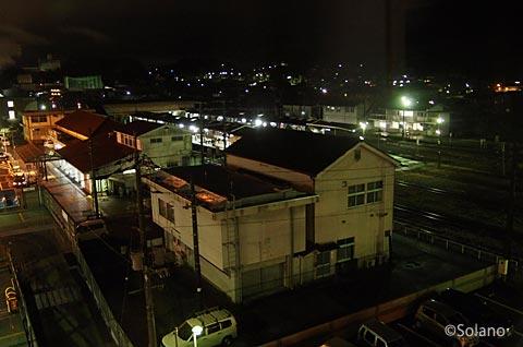駅前のホテルアルファーワンの客室から眺めた夜の津山駅