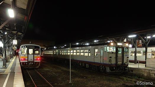夜明け前のJR津山駅、各方面への始発列車