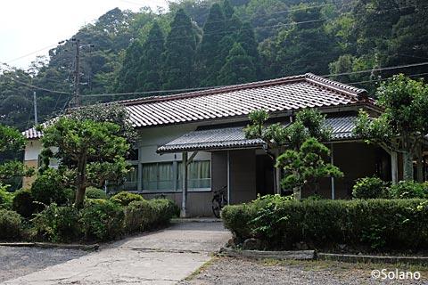 兵庫県、鳥取県境近くの秘境駅、居組駅の木造駅舎