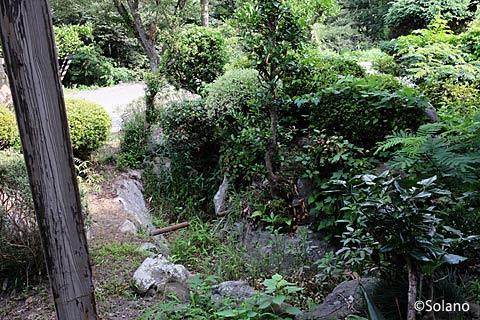 兵庫県、山陰本線の秘境駅・居組駅、駅舎前の池庭跡