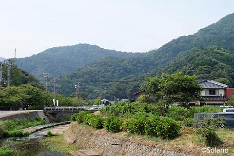 居組の集落から見た居組駅の方は山の風景…