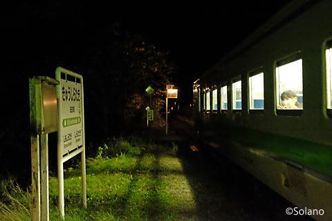夜の旧白滝駅に停車した普通列車