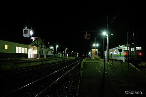 石北本線、夜の白滝駅に停車する気動車キハ40