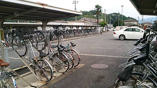 JR古井駅、大量の自転車が置かれた駐輪場