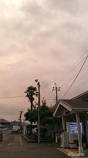 JR古井駅、木造駅舎と怪しい雲行きの夕空