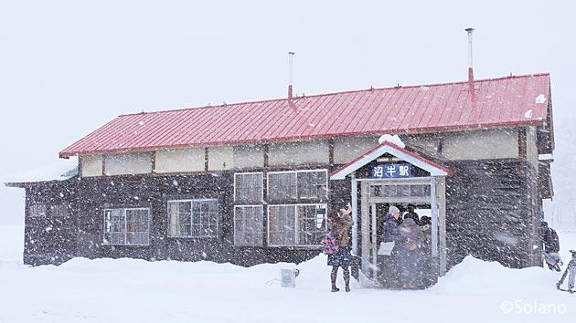 クラウドファンディングで修復された深名線、沼牛駅の木造駅舎