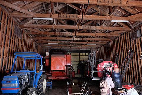沼牛駅前の農業倉庫内部