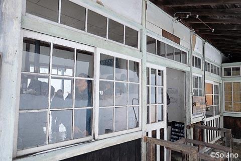 深名線・沼牛駅の木造駅舎、木の窓枠
