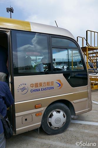 上海浦東空港、中国東方航空オープンスポット用のバス