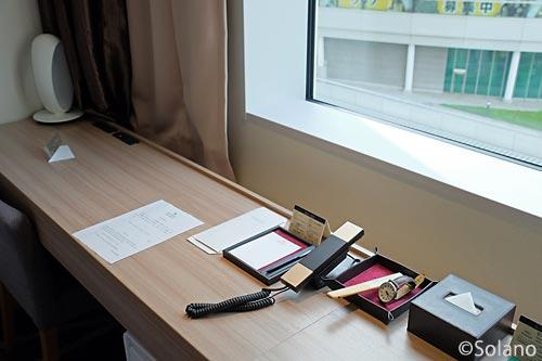 ホテルメトロポリタン・さいたま新都心、シングルルーム窓際のデスク