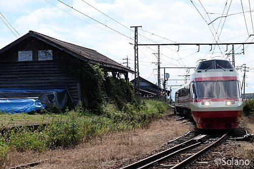 信濃竹原駅を通過する元小田急のロマンスカー・特急ゆけむり号