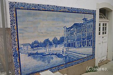 アヴェイロ駅のアズレージョ、アヴェイロの運河のある風景